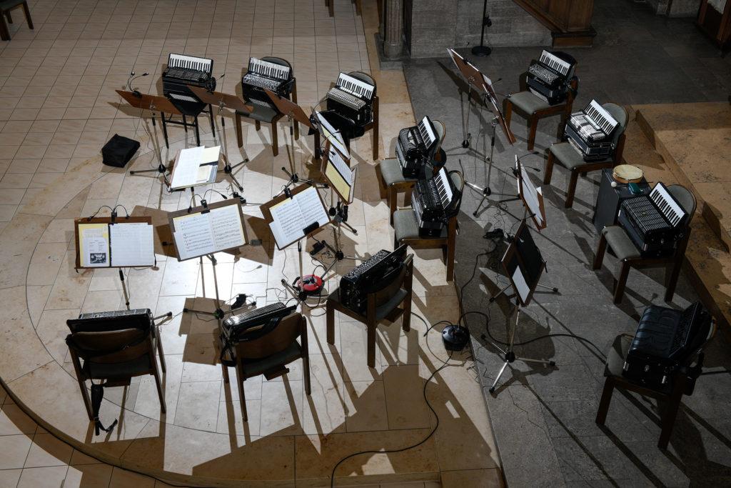 Vor dem Konzert: Stühle im Kreis mit den wartenden Akkordeons