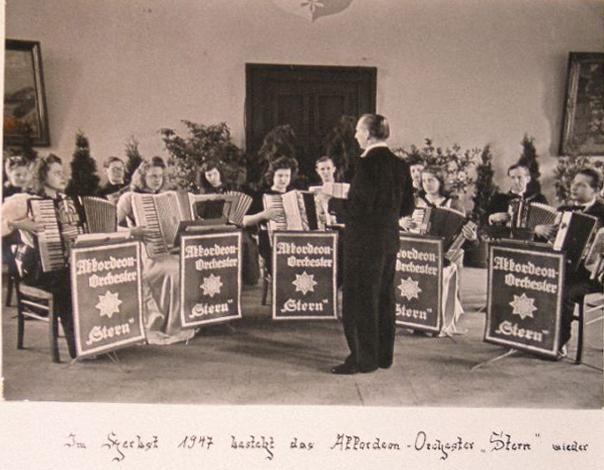 """Das Akkordeonorchester """"Stern"""" im Jahr 1947"""