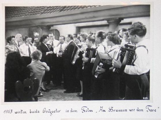 """Akkordeonorchester Stern 1953 im Film """"Am Brunnen vor dem Tore"""""""